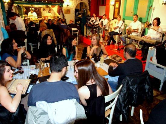 > Concerts et ambiance méditerranéenne à la Taverna Dyonisos, restaurant grec à Budapest.
